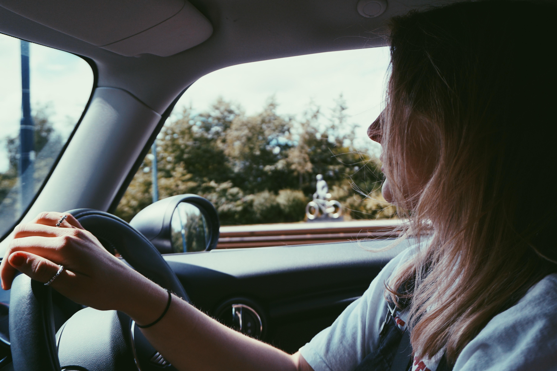 車運転する女性