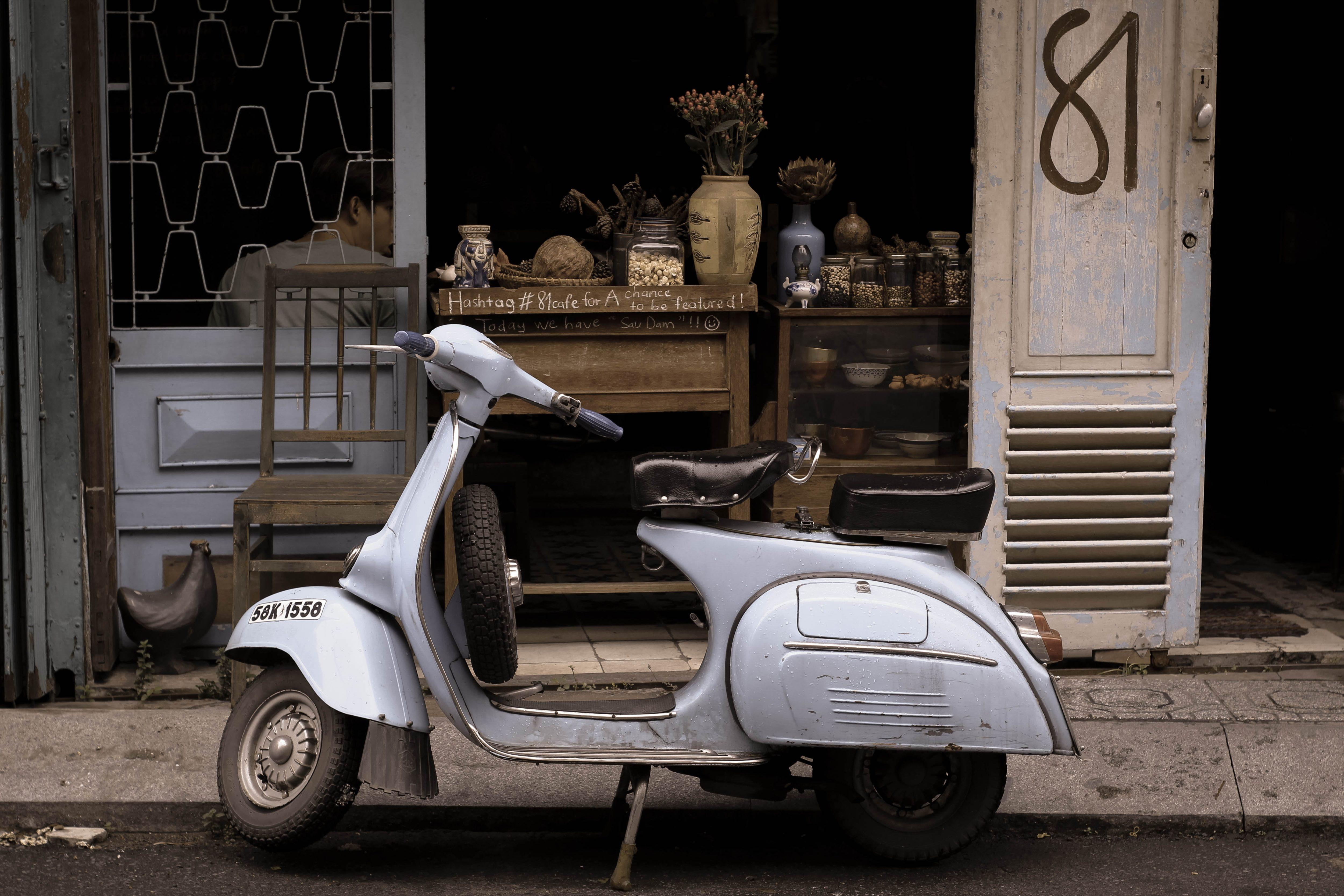 お店の前に停めてあるスクーター